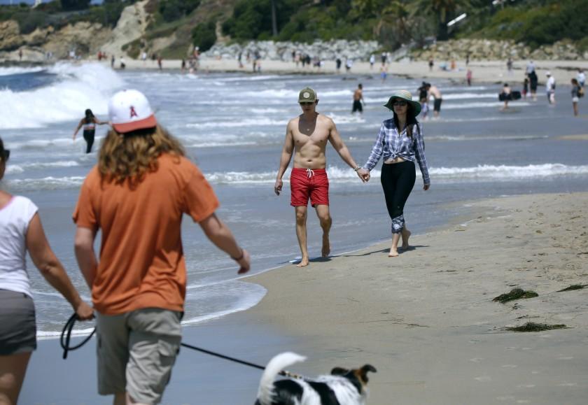 長周末第一天南加各海灘大體秩序良好,橙縣拉古納灘上民眾在沙灘上悠閒漫步。洛杉磯時報