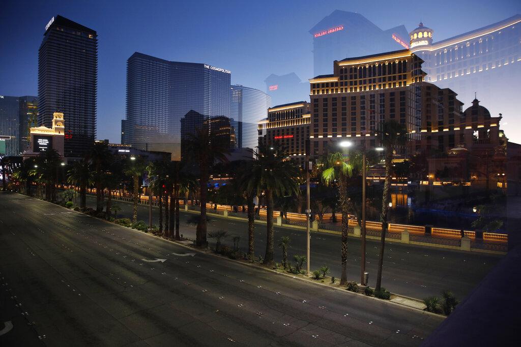疫情導致賭場關閉,拉斯維加斯大道冷清清。美聯社