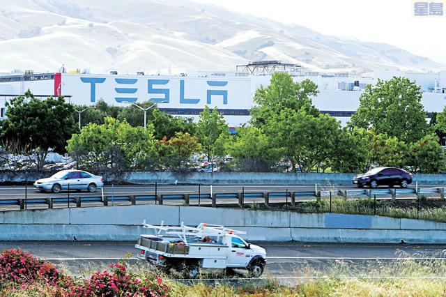 特斯拉考慮到疫情壓抑購車需求,將在北美銷售的電動汽車價格下調6%。資料圖片