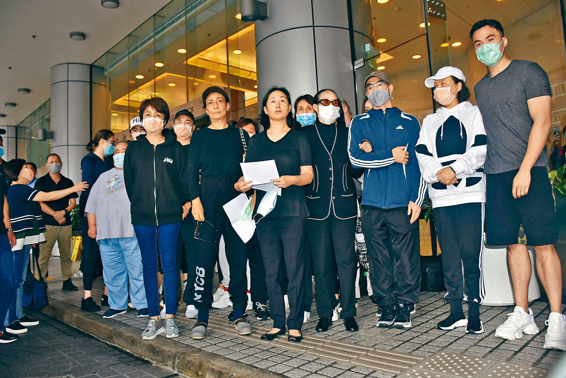 何鴻燊家人在醫院門外宣布死訊。娛樂組攝