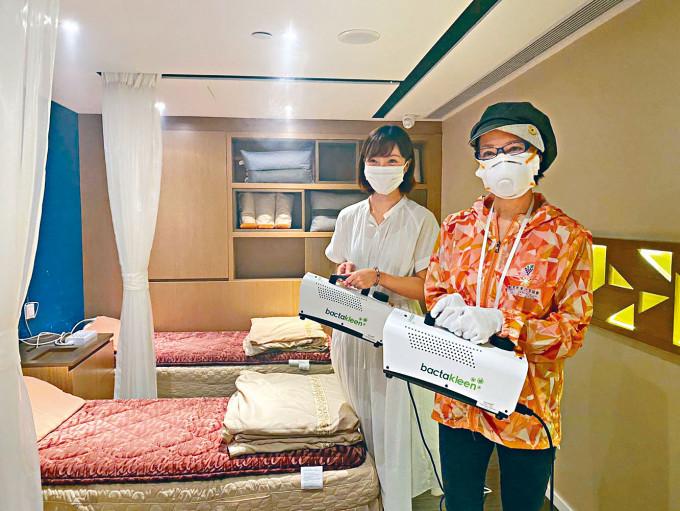 心姐與李莉為健康中心進行納米超薄霧殺菌抗菌處理。