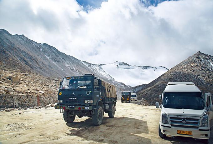印軍車隊前年駛經邊境拉達克地區。