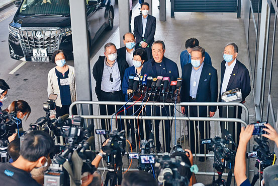 全國政協委員昨日由北京返港,政協常委唐英年表示,全體港區政協委員一致支持「港區國安法」。