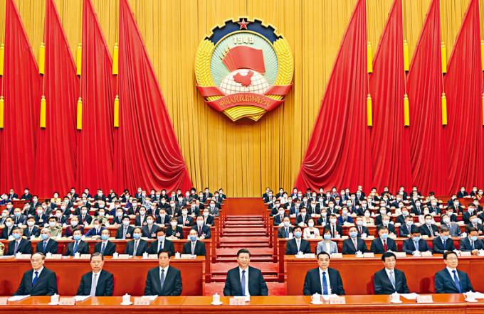 第十三屆全國委員會第三次會議昨在北京人民大會堂開幕。圖為習近平、李克強、栗戰書、王滬寧、趙樂際、韓正、王岐山在主席台就座。