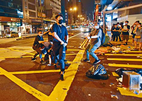 在旺角亞皆老街,便衣警制服涉嫌堵路男子按在地上。