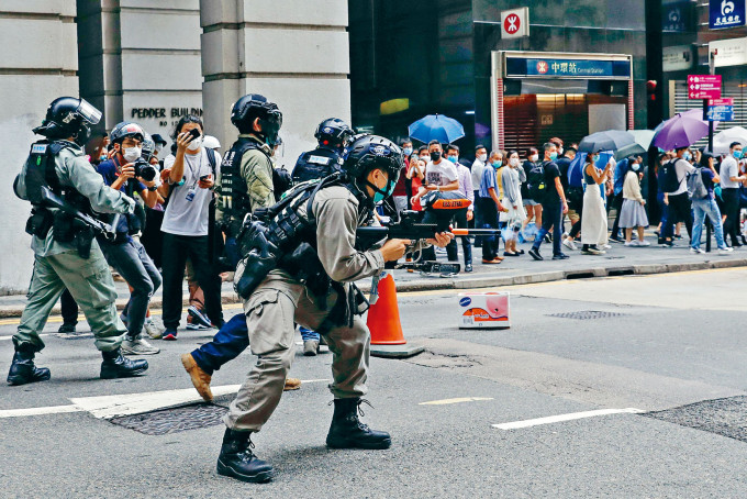 防暴警在中環遭示威者擲雜物襲擊,即發射胡椒球彈驅散人群。