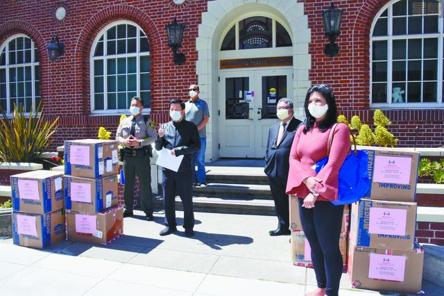 在列治文區警察分局門前舉行口罩捐贈儀式。美國潮商基金會提供圖片
