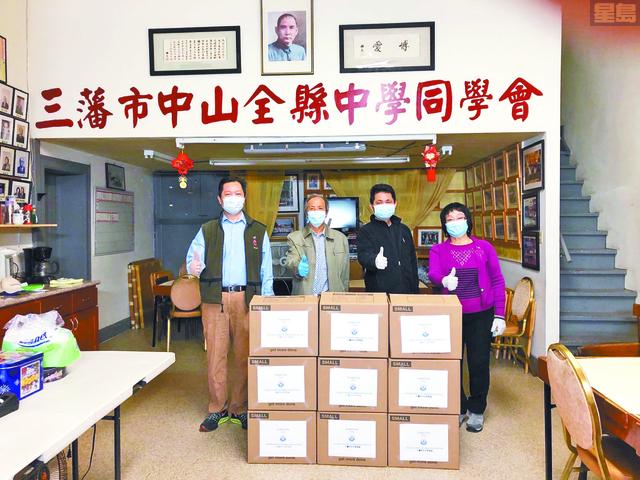 左起:副會長余志毅、會長蕭健榮、副會長連泳濤、副中文書記暨前任會長劉幗瑜。中中同學會供稿