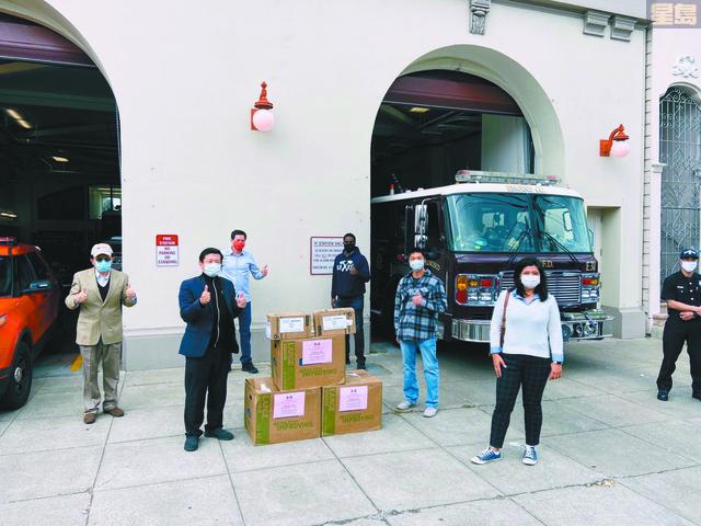 在列治文區消防分局門前舉行口罩捐贈儀式。美國潮商基金會提供圖片