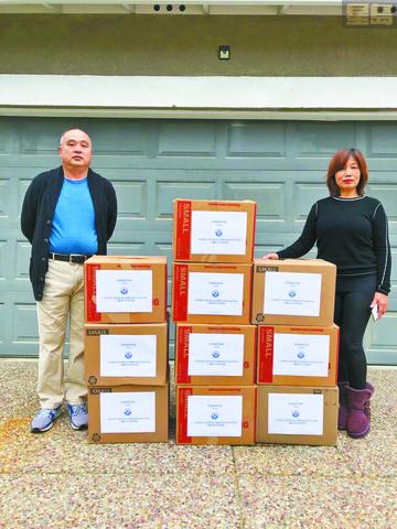 蕭泳權、劉卓瑜夫婦在抗疫期間捐贈6100個愛心口罩及善款。中中同學會供稿