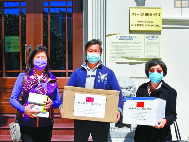 美國華人互助會接收援助物資,(左起):互助會理事長曾立筱、互助會顧問鄉華、互助會會長吳鳳儀。