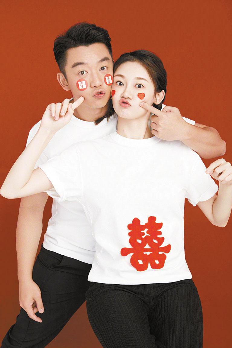 鄭愷與苗苗身上貼著喜字宣布結婚。 網上圖片