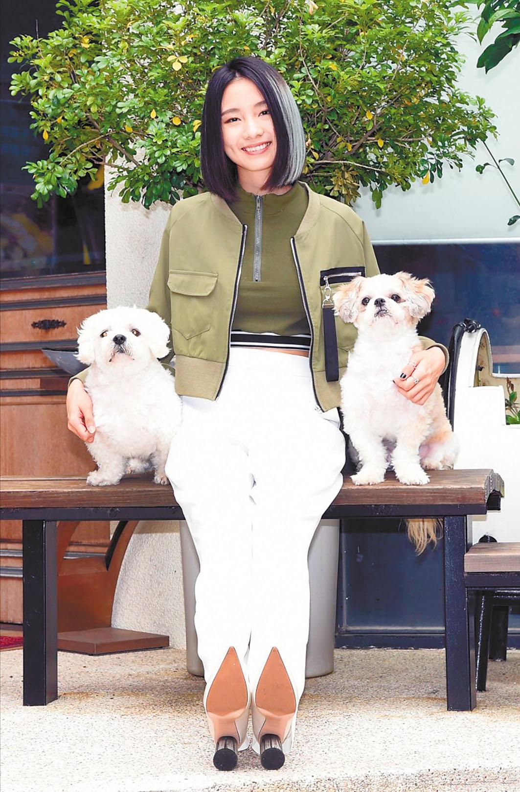 新人歌手陳忻玥養了兩隻西施犬「麻糬」及「QQ」,她對牠們疼愛有加。 網上圖片