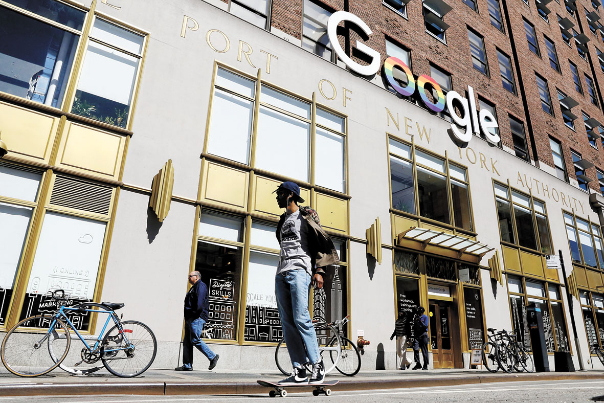 谷歌近日表示,未來不會再向石油和天然氣公司提供定制化人工智能工具,圖為民眾早前路過紐約谷歌辦公室。路透社資料圖片