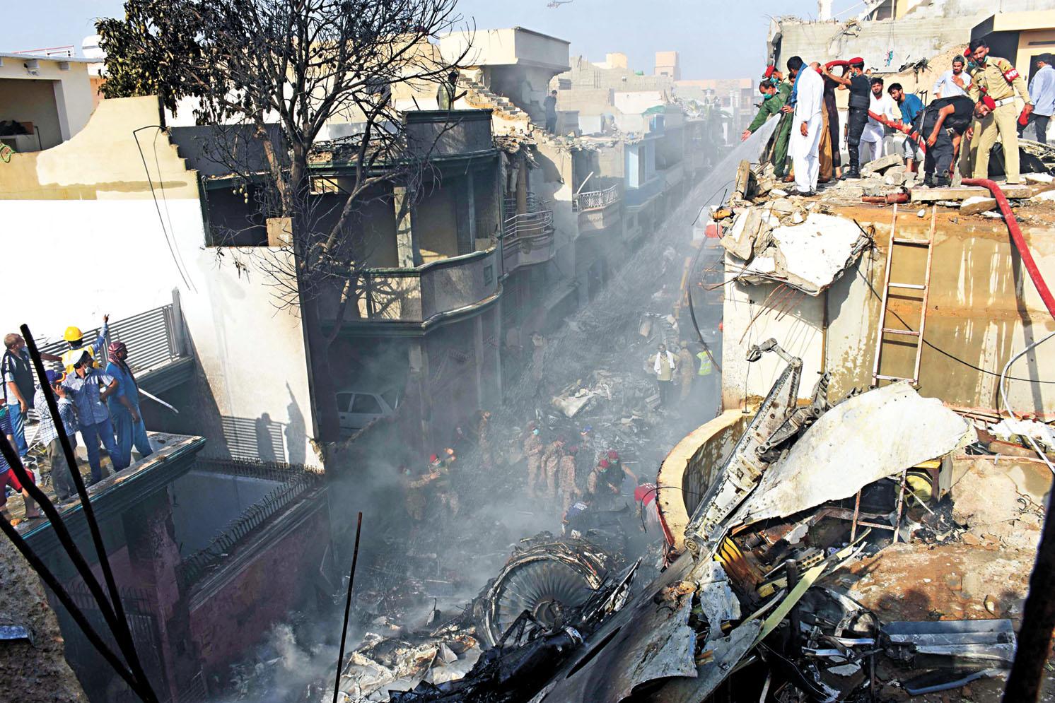 巴基斯坦一架客機(小圖)在卡拉奇墜毀居民區,現場目前仍在搜救。新華社