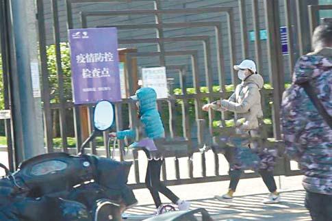 袁泉(右)帶女兒玩滑板車。 網上圖片