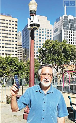 佩斯金介紹花園角安裝全新安全攝像頭。佩斯金辦公室提供