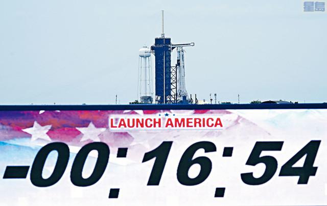 「獵鷹9號」火箭由SpaceX設計建造,原定27日發射載人升空,由於天氣惡劣,在升空前17分鐘臨時取消。    美聯社