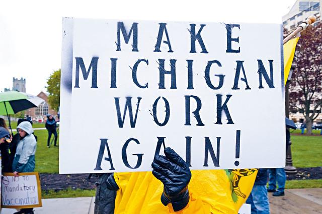 分析發現,密歇根可能在3月和4月間少算了數百個與新冠病毒有關的死亡個案。圖為支持重啟經濟的民眾在抗議。 路透社