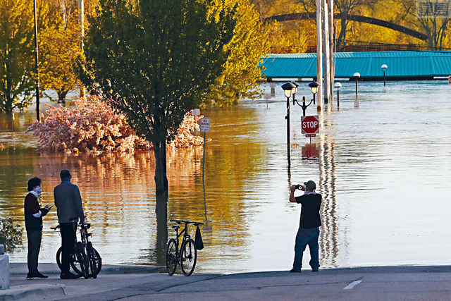 洪水淹沒蒂塔巴瓦河沿岸的民居和建築,附近居民需要緊急撤離。美聯社