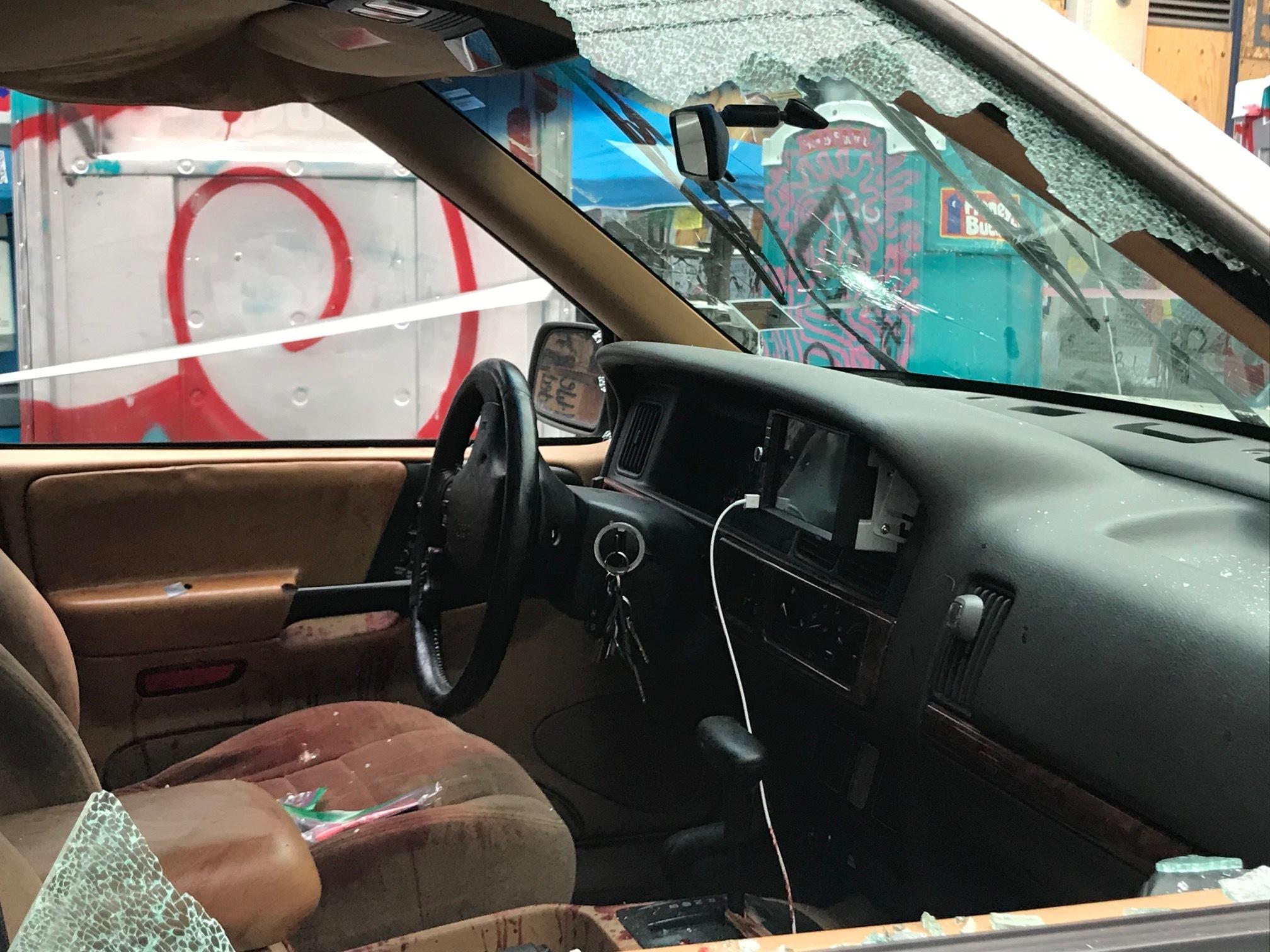 兩名少年意圖開車闖入沒有警察監管的示威區,結果引發槍戰。圖為車窗遭人開槍擊碎。    美聯社