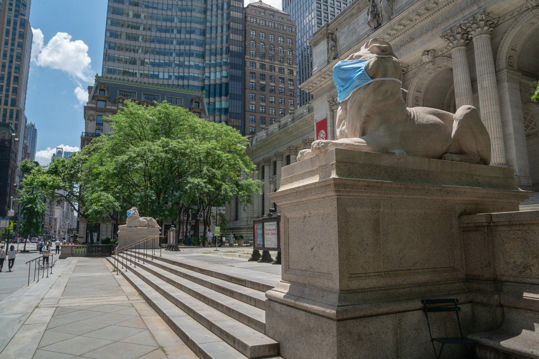 石獅「耐心」和「堅毅」戴上加大碼口罩。推特圖片