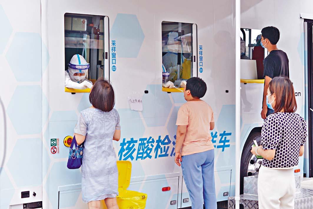 北京首批核酸檢測採樣車。 中新社