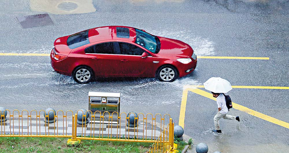 武漢連場暴雨,市區水浸嚴重。 中新社