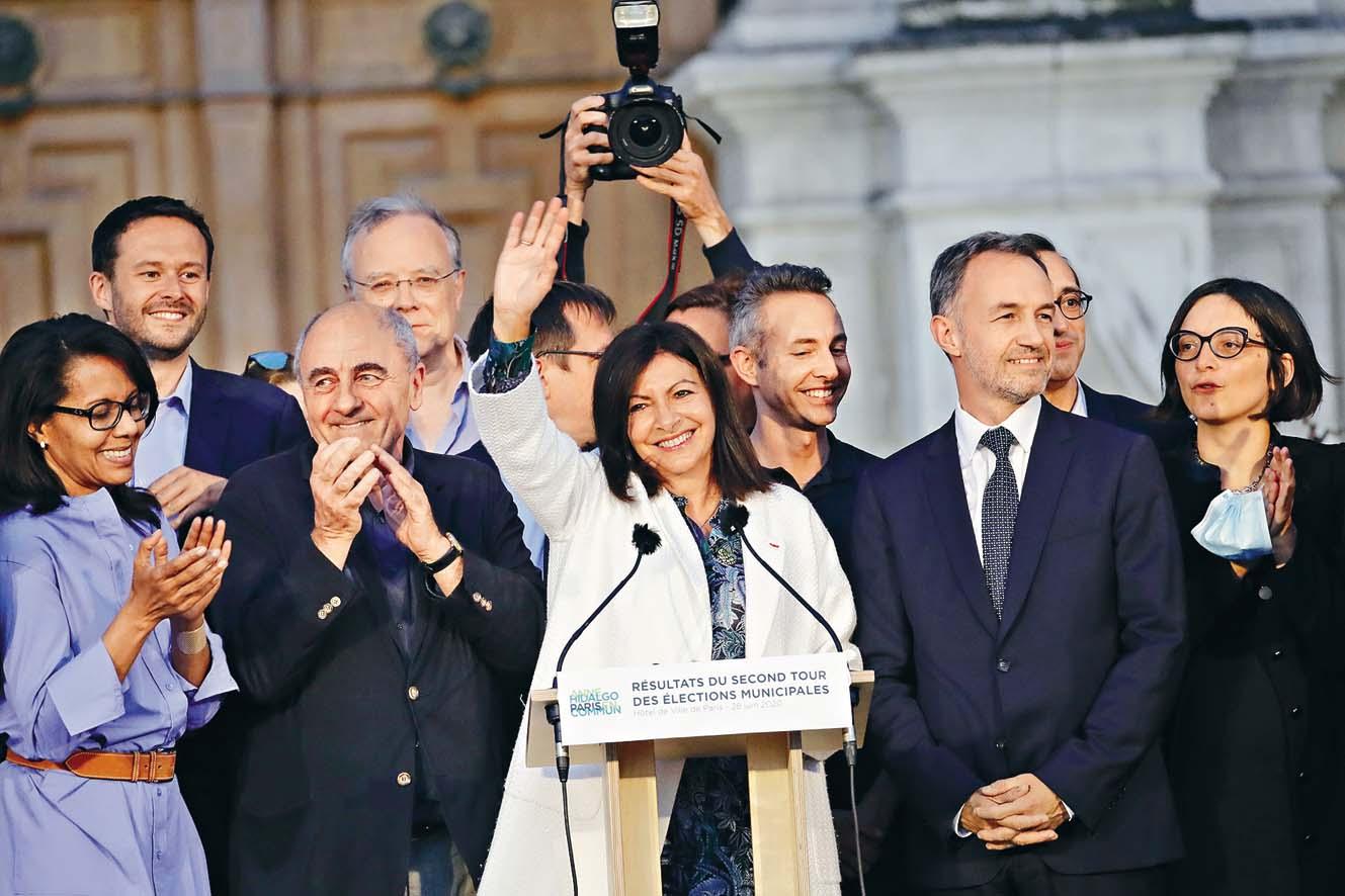 隸屬在野社會黨的巴黎 女市長伊達爾戈(中),周 日慶祝膺選連任。 美聯社