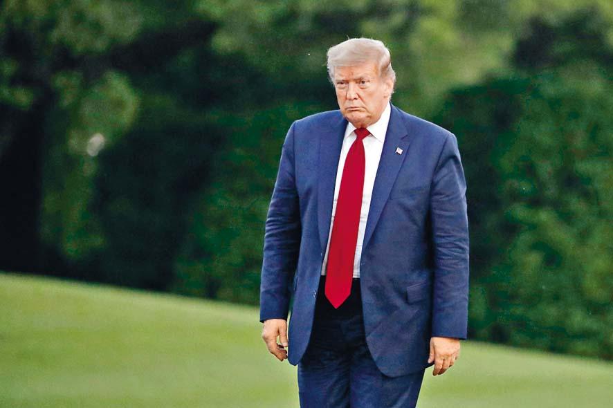 特朗普上周六步過白宮南草坪。 美聯社