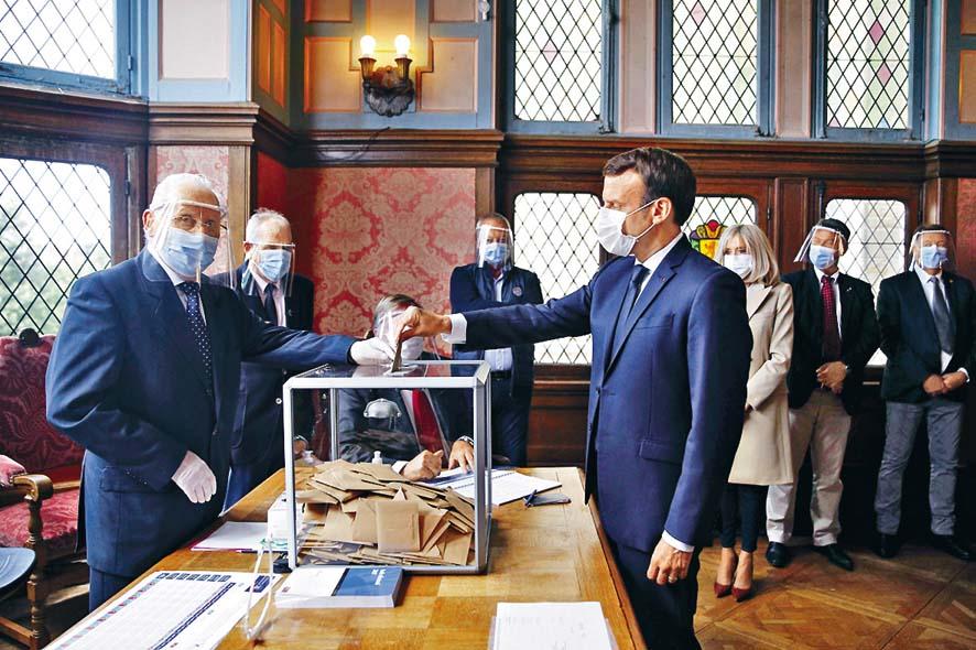 法國總統馬克龍昨天為市長選舉投票。  法新社