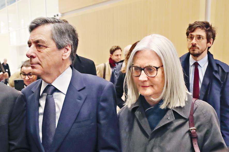菲永與妻子佩內洛普二月到巴黎法庭應 訊。 資料圖片