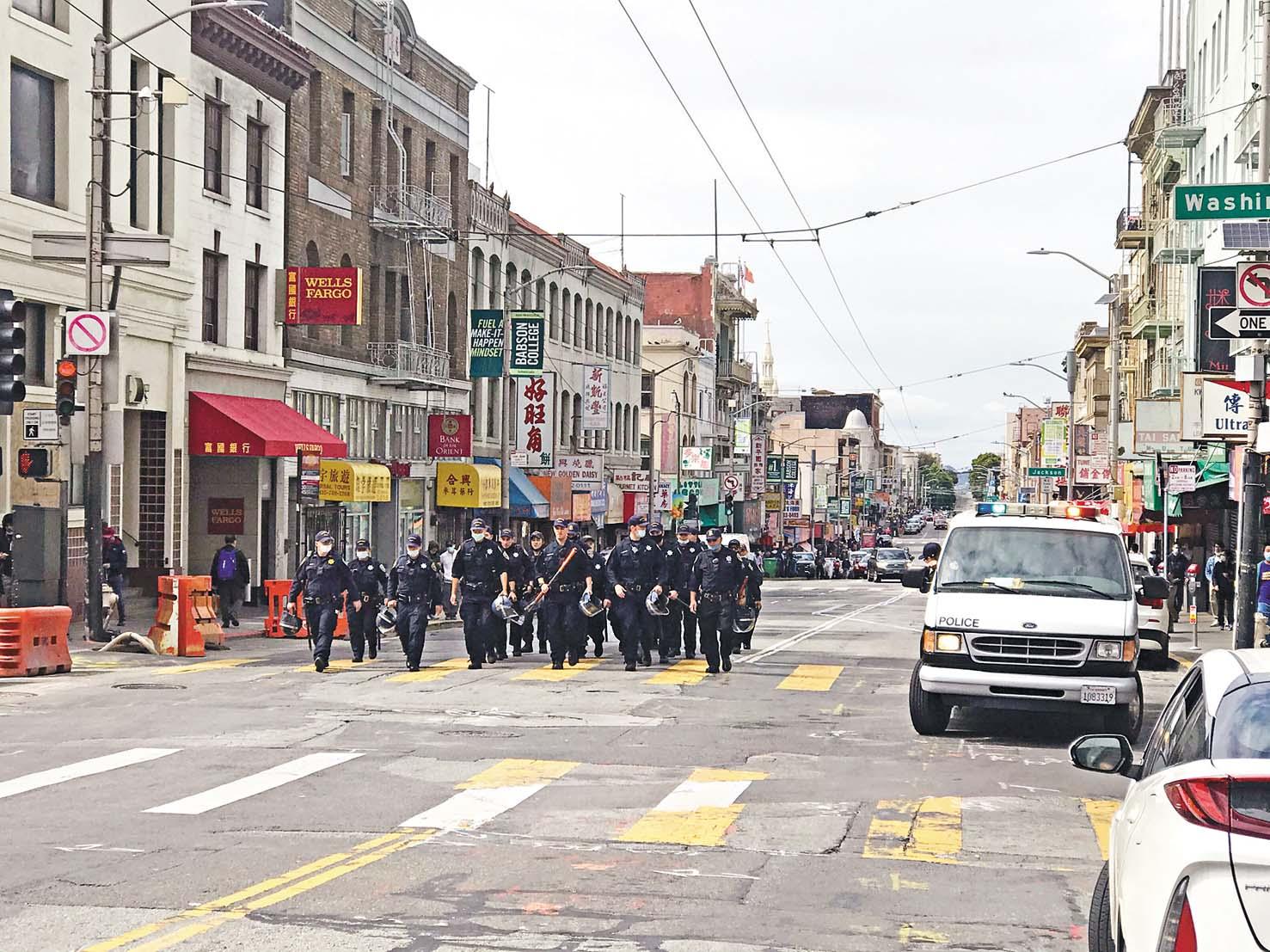 三藩市大批防暴裝備警員周日下午巡邏,經過華埠前往聯合廣場。 記者 劉玉姝攝