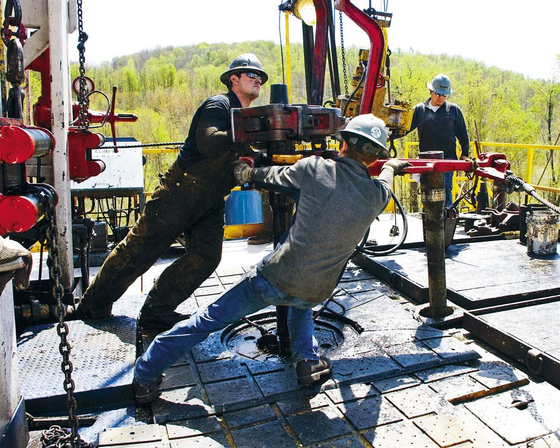 美國切薩皮克能源 公司的工人,在賓夕 凡尼亞州的天然氣井 工作。 資料圖片