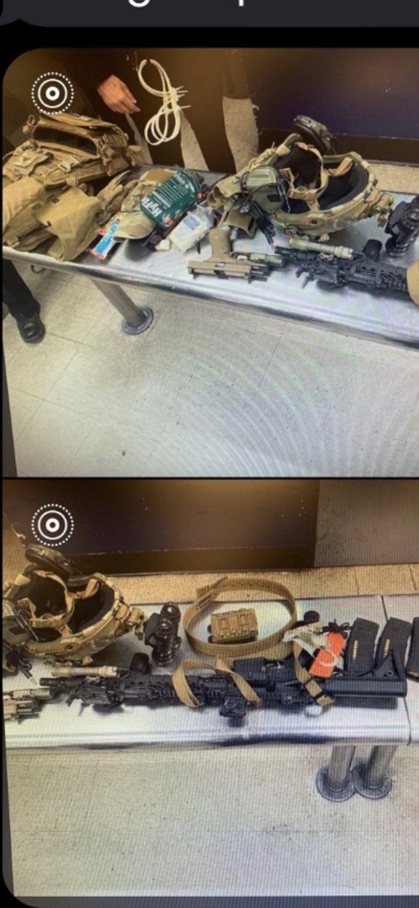 王姓男子身上搜出的裝備擺滿了整個桌面,和國民兵的十分相似。FOX11圖。