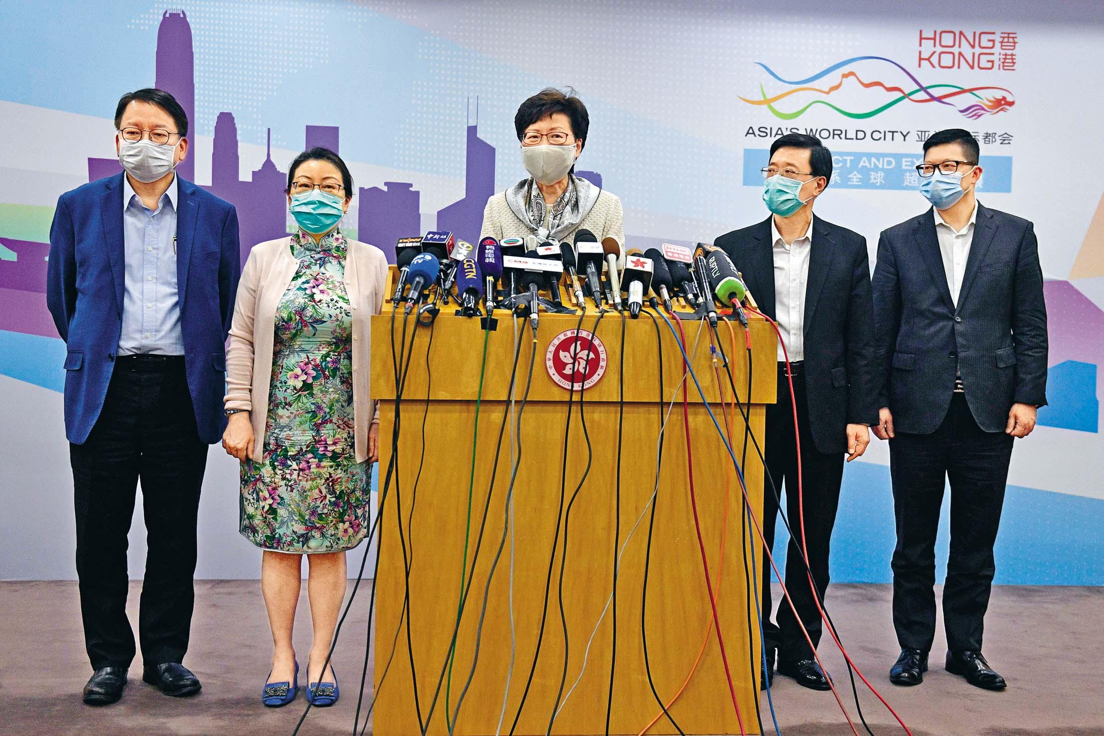 林鄭月娥(中)與鄧炳強(後排右起)、李家超、鄭若驊及陳國基在北京見記者。
