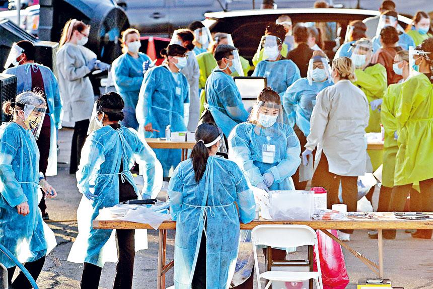 全國累計確診者突破250萬人,衞生部門更難追蹤密切接觸者,以控制疫情。圖為鳳凰城醫務人員準備為居民測試病毒。 美聯社