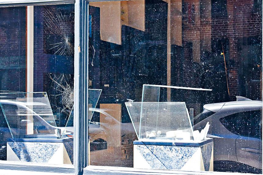 輕奢珠寶店APM遭砸窗入室搶劫,店內珠寶洗劫一空。