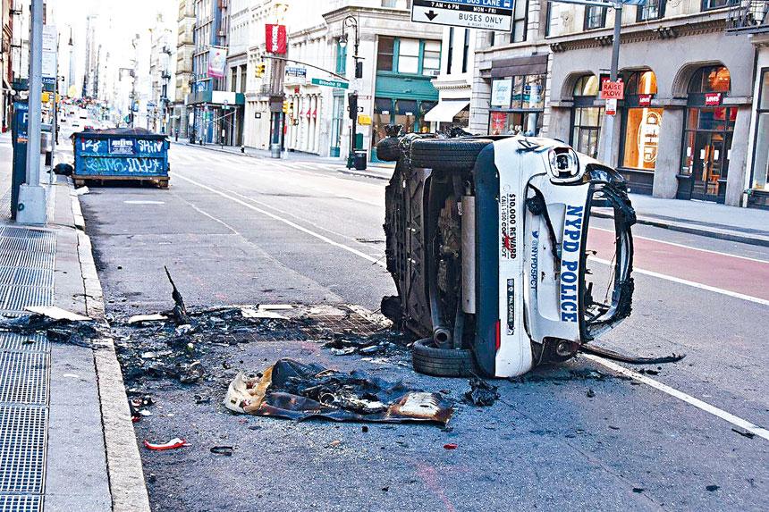 布隆街夾百老匯大道一輛被燒焦及推側的警車。