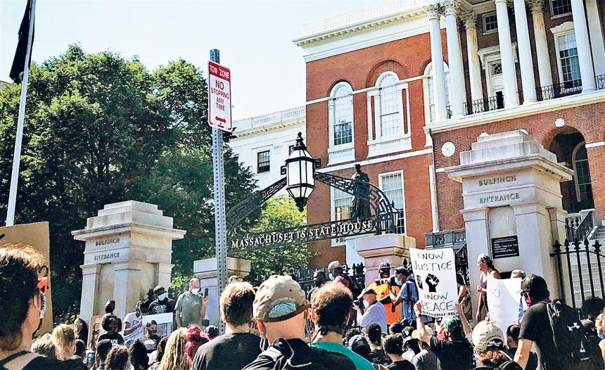 抗議者在麻州州府大樓前集會。來自推特