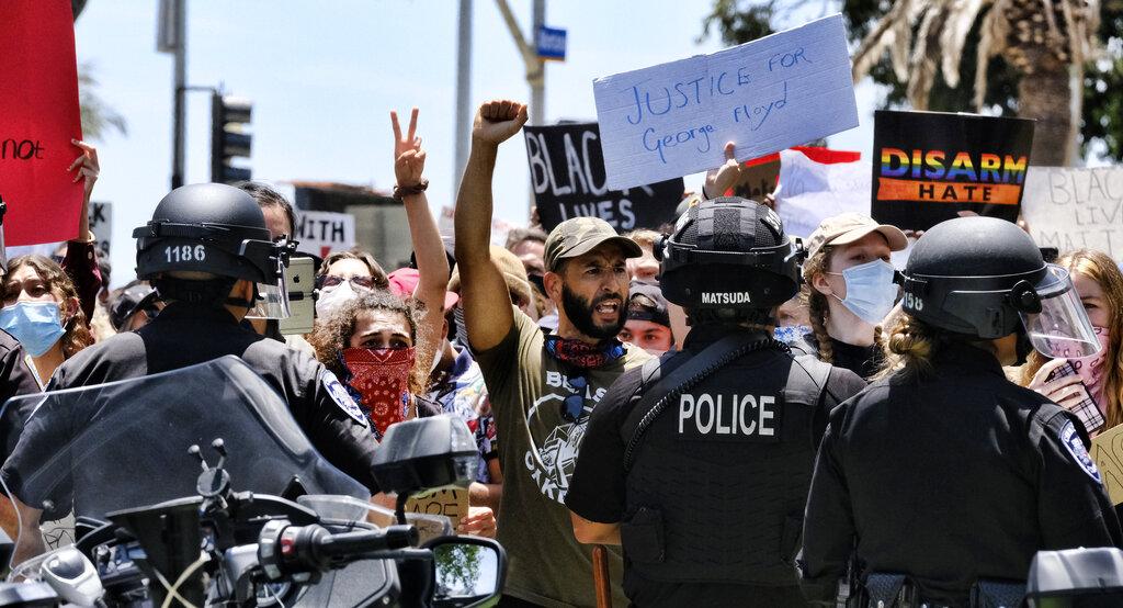 抗議者在聖塔莫尼卡示威活動中與警方對峙。美聯社