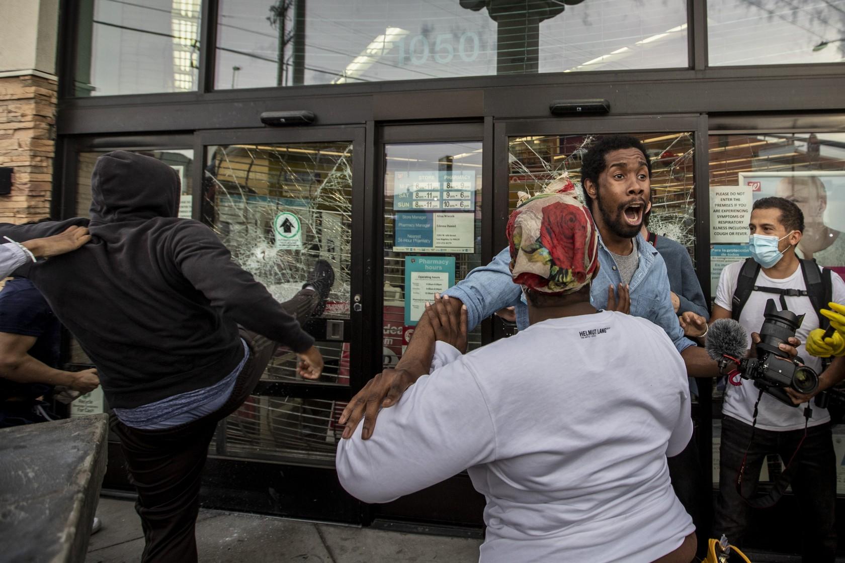 衛生官員呼籲抗議民眾保持6呎社交距離,戴上口罩,以遏止疫情擴散。洛杉磯時報