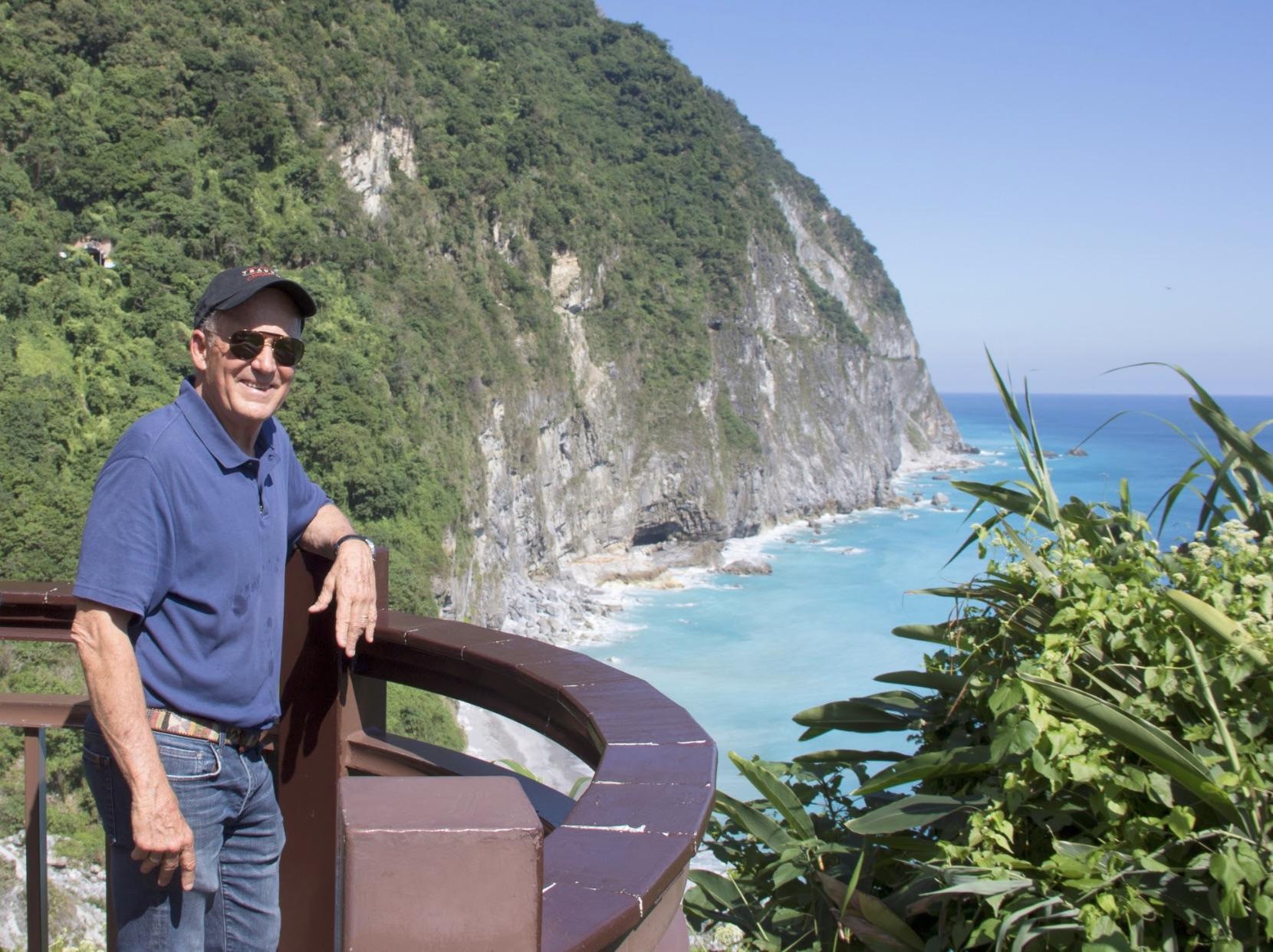 主持羅森度在此次獲獎的《臺灣山脈與小鎮旅遊》系列節目中以講故事的口吻介紹了台灣的人文歷史和秀麗風光,圖為羅森度在清水斷崖拍攝時留下的照片。觀光局提供