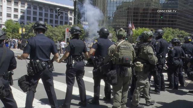 聖地牙哥警方31日在市中心與大批示威民眾對峙。On Scene TV