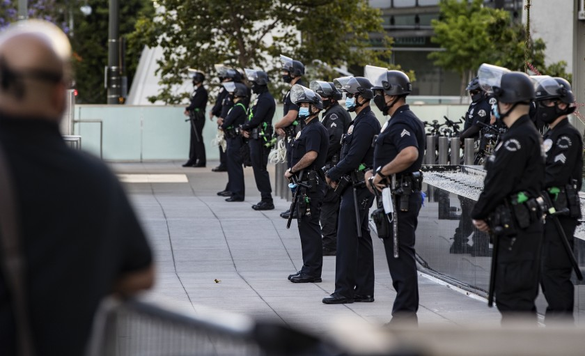洛市警局人員新冠確診病例激增,可能與近期的抗議活動有關。洛杉磯時報