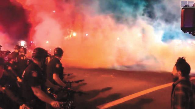 警員施放催淚彈驅散民眾。取自推特