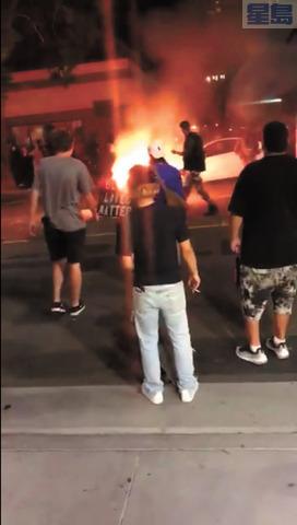 有人在馬路中間放火燒家具。取自推特