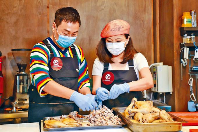 好拍檔祥仔和雯女在廚房內亦相檔合拍,一起努力做愛心飯。