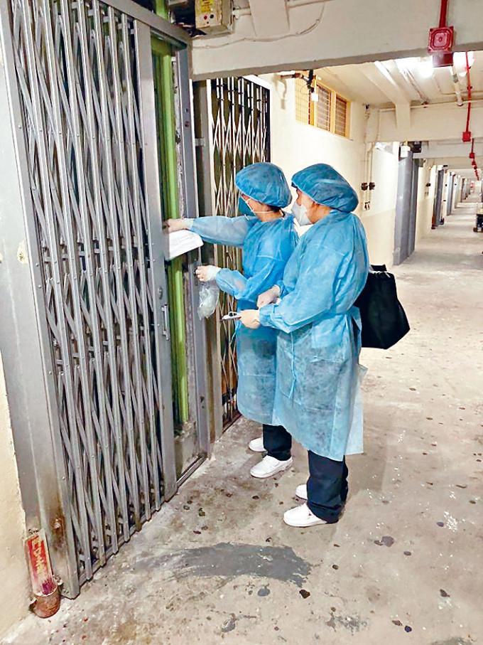 衞生防護中心派員到祿泉樓,上門聯絡未交深喉唾液樣本的住戶。
