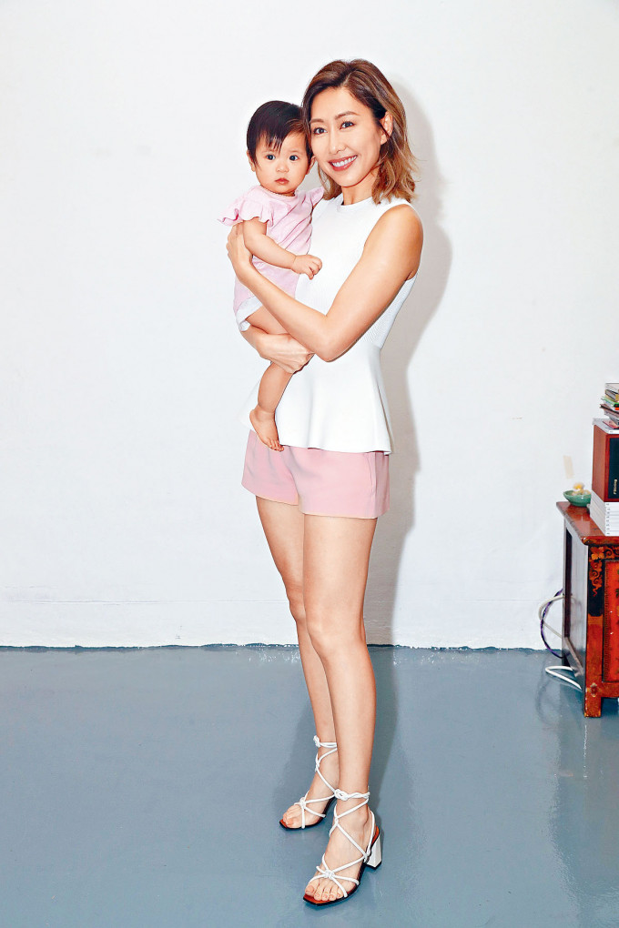 胡定欣與BB合作拍攝廣告,已做了姑媽的她也有湊B經驗,故表現得駕輕就熟。